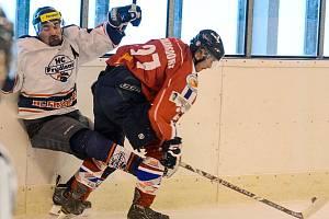 ŠKODA. Hokejisté Varnsdorfu (červené dresy) ztratili proti Frýdlantu dobře rozehraný zápas.