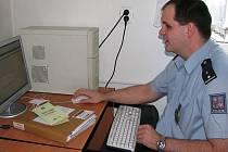 Děčínský policista Roman Křivan neváhal a začal nabízet odbornou pomoc.