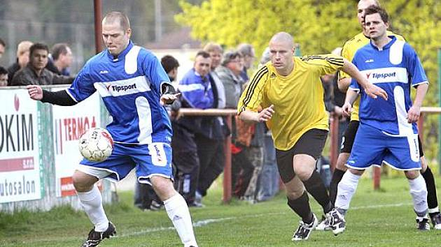 Tomáš Fichtner zprava v modrém.