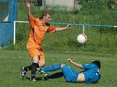 ZACHRÁNILI SE! Fotbalisté České Kamenice se jako nováček v I. A třídě neztratili. Na snímku je v utkání proti Jílovém českokamenický Kozelek (vlevo).