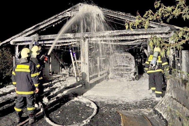 Oheň zničil jak garáž, tak i auta