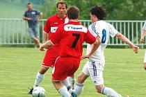 BYLI BLÍZKO. Fotbalisté FC Jiskra Modrá (v červeném) remizovali 3:3 s favoritem z Chomutova (v bílém). Nad Lokomotivou vedli 3:2, vedení neudrželi. Modrá se propadla na dno krajského přeboru, na Proboštov, který je nyní čtrnáctý ztrácí pouhé dva body.