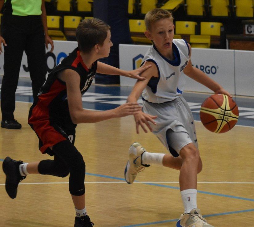 Děčínští basketbalisté (v bílém) porazili Wroclaw.