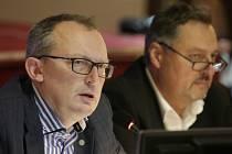 Novým starostou se stal dosavadní místostarosta Roland Solloch (ANO, vlevo v proužkované košili).).
