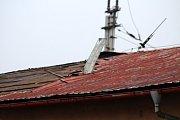 V děčínském depu urval vítr střechu.