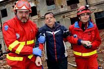 Zřícená továrna posloužila záchranářům při cvičení.