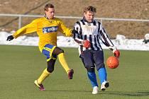 ROZHODL VLASTENEC. V rámci zimní přípravy porazil FK Rumburk (ve žlutém) Čechii Horní Podluží 1:0. Vlastní branku si na své konto připsal Radek Bandas.