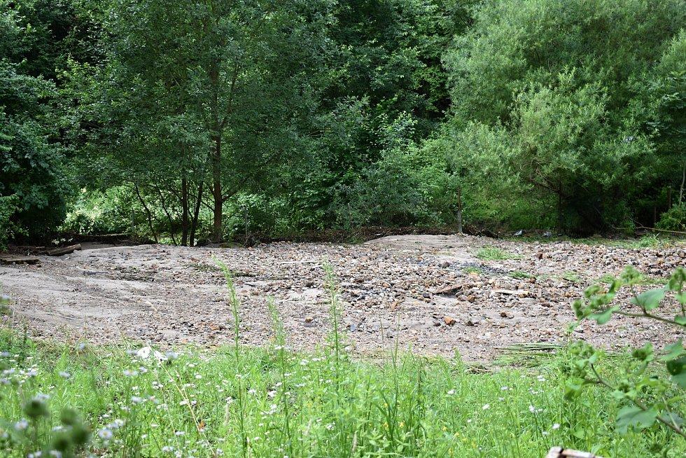 Sobotní velká voda poničila v Bělé několik desítek domů.