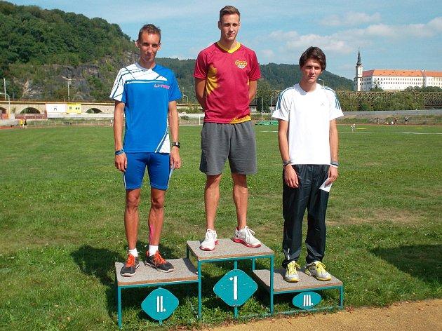 NEJLEPŠÍ BĚŽCI NA 600 METRŮ. Zleva druhý Matěj Blahůt, uprostřed vítěz Jan Kubista a vpravo třetí Jan Murín.