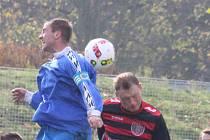 Daniel Šindelář (v modrém) opět střílí branky za Březiny.