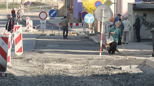 Obyvatelé Starého Města musí překonávat kvůli úpravám překážky.