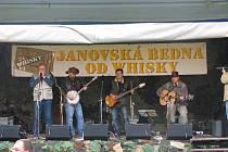 """V Janově u Děčína se v sobotu 4. září pod hotelem U zeleného stromu konal malý festival """"nejen"""" trampské písně Janovská bedna od whisky."""
