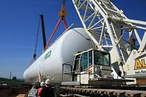 DVA NEJVĚTŠÍ plynové zásobníky na světě naložili v děčínském zimním přístavu v Rozbělesích na loď.