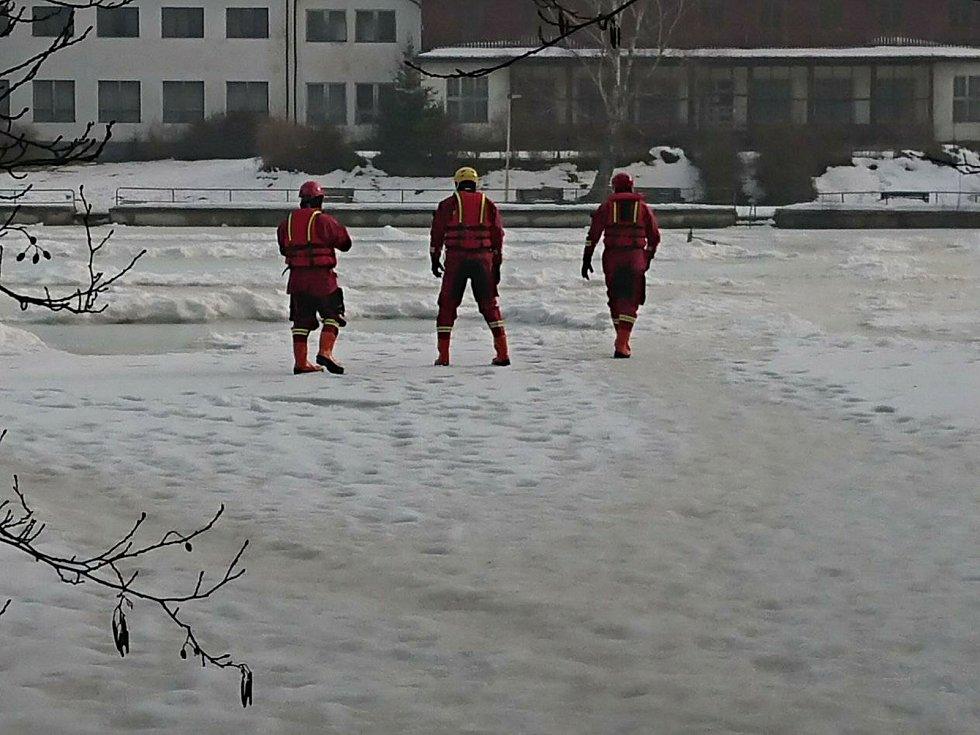 Děčínští hasiči cvičili záchranu tonoucího na probořeném ledu.