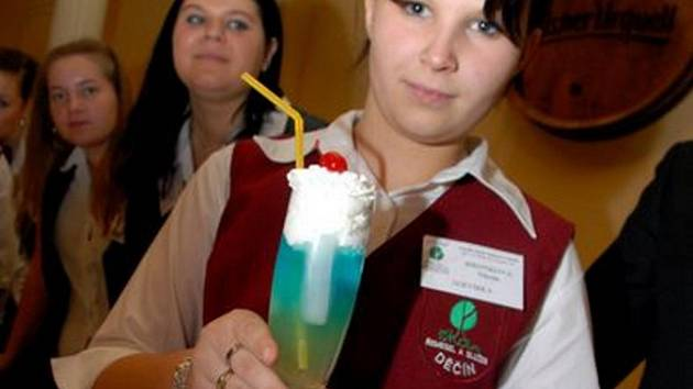 Nikola Hronková ukazuje umíchaný nápoj