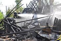 Záchranáři museli evakuovat asi deset dětí ze školy v Jiříkově a dalších asi dvacet obyvatel z dvou okolních domů. Muž z domu, který hořel, je v šoku.