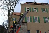 V Jílovém hořel zámek, hasiči evakuovali lidi.