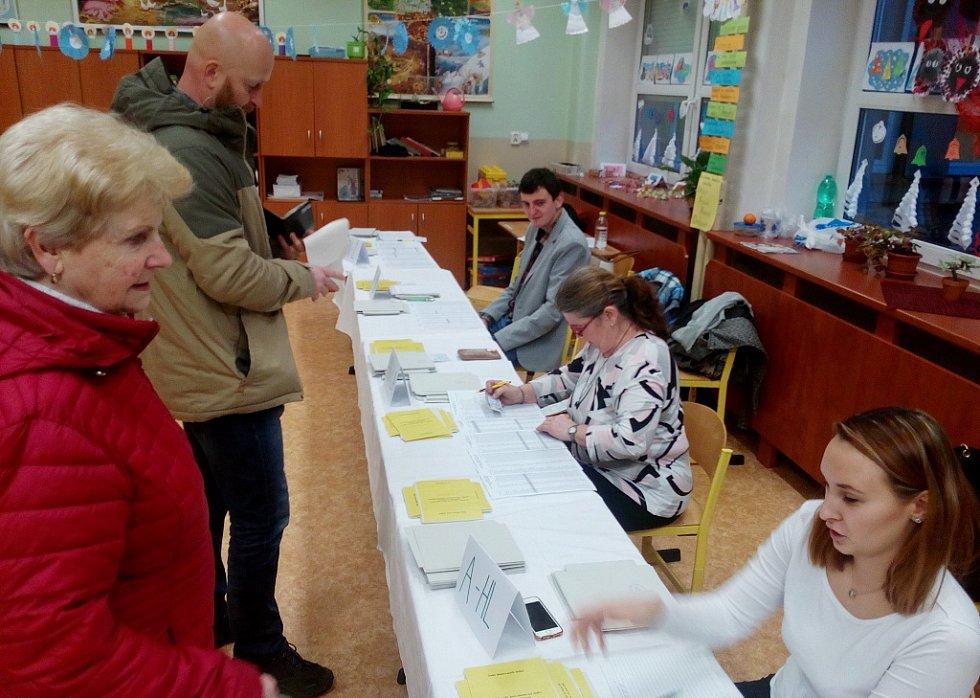 Ve volebních místnostech na základní škole na Kamenické ulici v Děčíně je rušno.