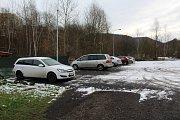Řidiči mohou parkovat na nově osvětlené ploše za točnou.