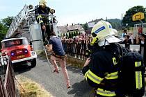 Základní školu Tadeáše Haenkeho ve Chřibské museli evakuovat hasiči. Naštěstí šlo jen o cvičení.