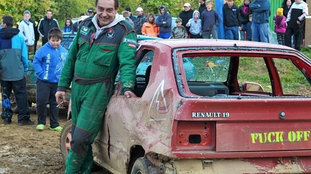 Parádní podívaná byla vidět ve Šluknově. V demoličním závodě si to tady totiž mezi sebou rozdaly autovraky.