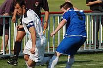 POSLEDNÍ DOMÁCÍ utkání sehrála Jiskra Modrá v krajském přeboru proti FK Louny. Na snímku v modrém se snaží zastavit útočník Jiskry Tomáš Fichtner kapitána Loun Václava Suchého.