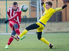 NEPOVEDENÁ GENERÁLKA. V posledním přípravném zápase i díky okleštěné sestavě prohrál Varnsdorf 0:1 v Brozanech. Na snímku je ve žlutém záložník Ondřej Kocourek.