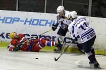 NEPOVEDLO SE. Děčínští hokejisté (v bílém) prohráli s Nymburkem 1:5.