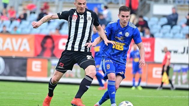 PORÁŽKA. Varnsdorfský Bláha (v modrém) bojuje o míč s domácím Grajciarem. Varnsdorf prohrál 0:3.