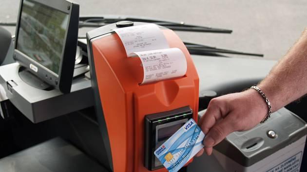 V děčínské MHD mohou cestující od 1. června platit bezkontaktní platební kartou.