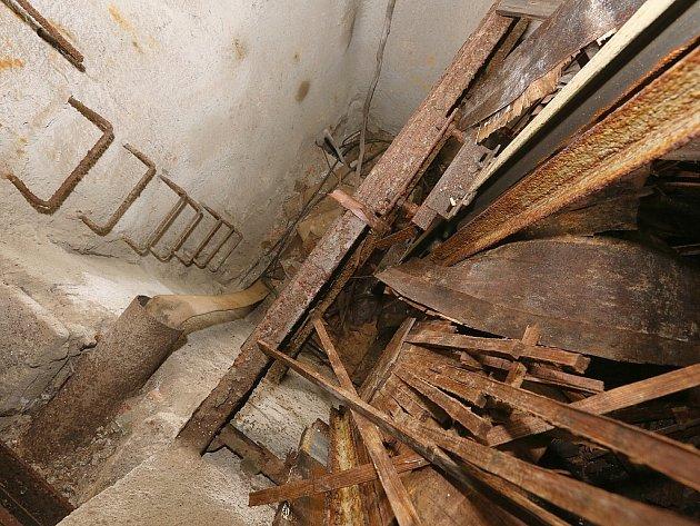 Zničený výtah ve skále v Děčíně na Pastýřskou stěnu.
