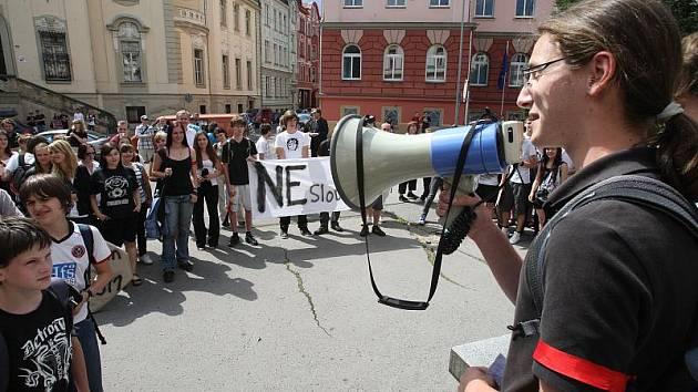Protest studentů proti slučování škol v Děčíně.