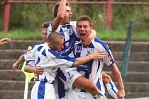 Ústečtí fotbalisté kralují druholigové soutěži. Jejich kanonýr Pavel Karlík (vpravo) ale do jarní části možná nezasáhne.