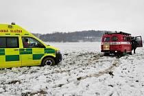 Dobrovolní hasiči z Hřenska museli transportovat zraněného a také vyprostit sanitku, která v poli u Růžové zapadla.