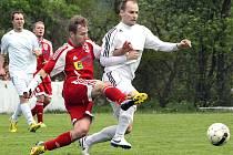 OPORA. Jeden z nejlepších hráčů v dresu Jiskry Modré za uplynulou sezónu byl zkušený stoper Kamil Podolský (vpravo v bílém)..