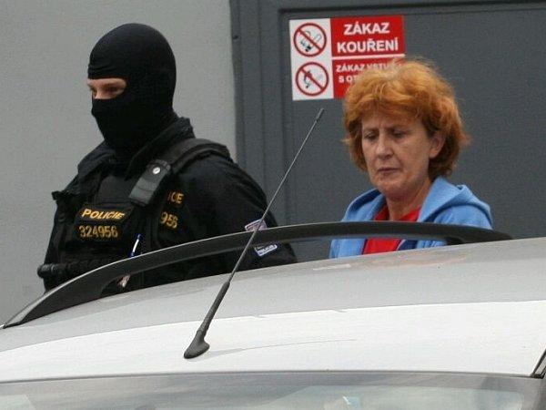 Policie vede obviněnou sestru zRumburku od soudu