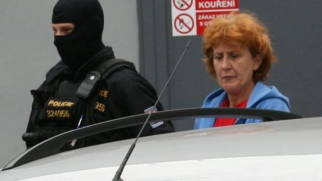 Policie vede obviněnou sestru z Rumburku od soudu