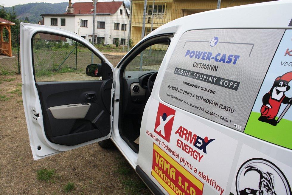 SOCIÁLNÍ AUTO si ve čtvrtek odpoledne převzal ředitel školy Roman Stružinský.
