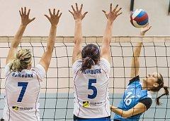 DVA BODY doma vybojovaly volejbalistky Rumburku (v bílém).