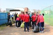 DALI SE DO ÚKLIDU. Fotbalisté Varnsdorfu a zástupci realizačního týmu uklízeli u sportovní haly.