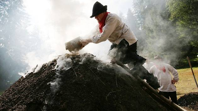 U Dolského mlýna na Jetřichovicku proběhlo tradičně zapálení uhlířského milíře.
