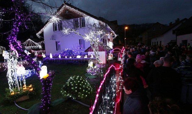 Dům Nataši Harvanové láká každý rok milovníky Vánoc.