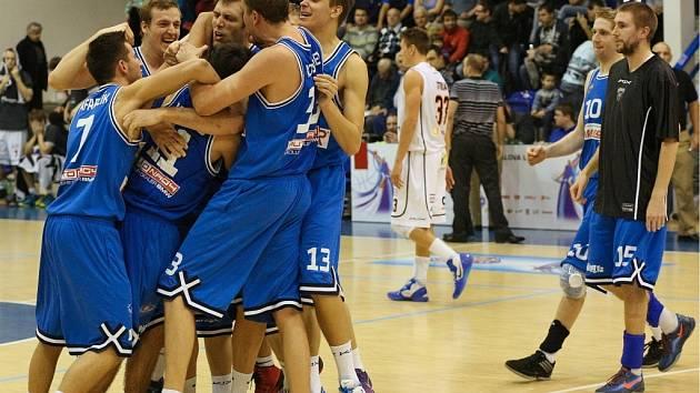 RADOST basketbalistů USK Praha. Jako první loupili v Děčíně.