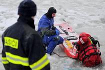 Výcvik záchrany osob z probořeného ledu.