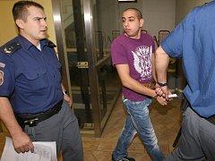 Obžalovaní ze rvačky na Starém městě v Děčíně u soudu.