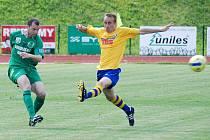 REMÍZA. Fotbalisté Slovanu Varnsdorf (ve žlutém) remizovali se Sokolovem 1:1.