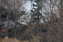 Při lesním požáru nad Prostředním Žlebem zasahoval vrtulník.