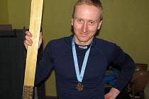 ŠŤASTNÝ VÍTĚZ Zlaté lyže Ondřej Marek z Liberce se svou cennou trofejí za první místo.