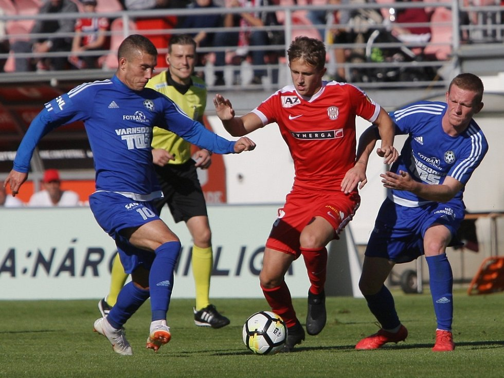 BOD. Fotbalisté Varnsdorfu (v modrém) vybojovali v Brně remízu 0:0.