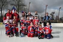 VÍTĚZNÝ TÝM mladých hokejistů z Varnsdorfu.